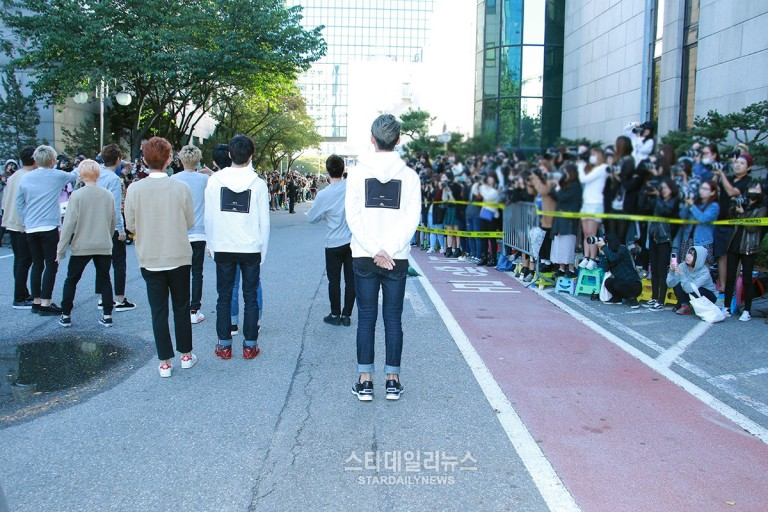 [PRESS] 151002 Seventeen heading to KBS Music Bank Rehearsal #세븐틴 #만세 2