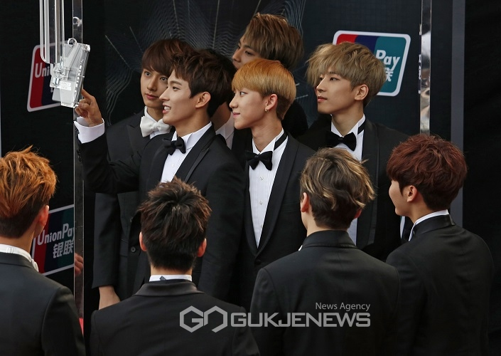 [PRESS] 151202 Seventeen at 2015 MAMA Red Carpet #세븐틴 (25)