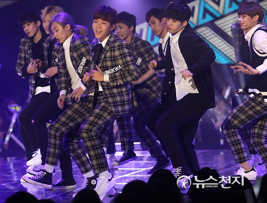 [PRESS] 151208 Seventeen at SBS MTV The Show 54P #세븐틴 #아낀다 #만세 #더쇼 (53)