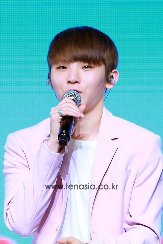 [PRESS] 160424 SEVENTEEN Showcase Press Conference + Stage Photos #세븐틴 #예쁘다 (38)