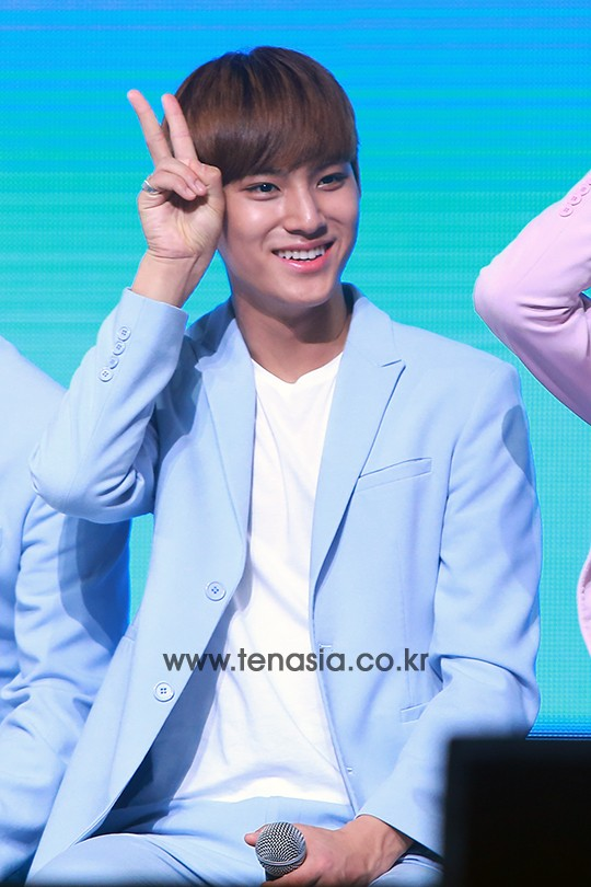[PRESS] 160424 SEVENTEEN Showcase Press Conference + Stage Photos #세븐틴 #예쁘다 (59)
