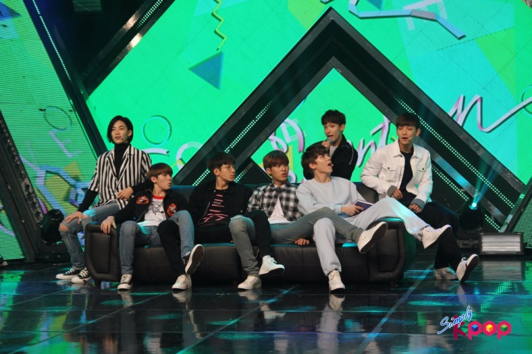 [OFFICIAL] 160506 Simply K-Pop Update #SEVENTEEN #세븐틴 #예쁘다 #엄지척 (2)