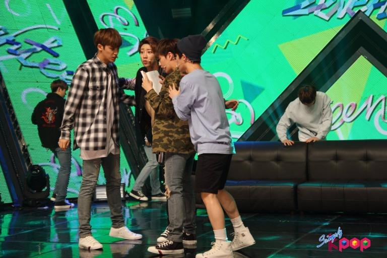 [OFFICIAL] 160506 Simply K-Pop Update #SEVENTEEN #세븐틴 #예쁘다 #엄지척 (9)