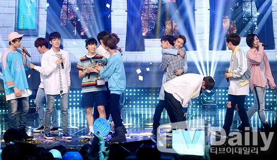 [PRESS] 160504 Seventeen 1st Win at MBC Show Champion #SEVENTEEN1stWin #PrettyU1stWin #세븐틴 #1위 #예쁘다 (10)