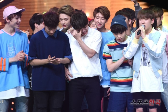 [PRESS] 160504 Seventeen 1st Win at MBC Show Champion #SEVENTEEN1stWin #PrettyU1stWin #세븐틴 #1위 #예쁘다 (35)