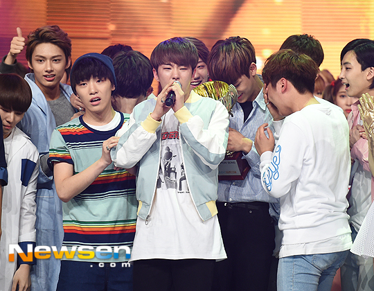 [PRESS] 160504 Seventeen 1st Win at MBC Show Champion #SEVENTEEN1stWin #PrettyU1stWin #세븐틴 #1위 #예쁘다 (50)