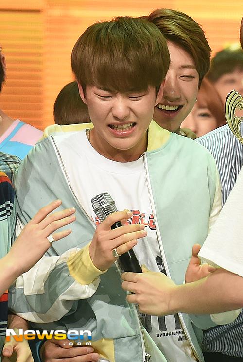 [PRESS] 160504 Seventeen 1st Win at MBC Show Champion #SEVENTEEN1stWin #PrettyU1stWin #세븐틴 #1위 #예쁘다 (59)