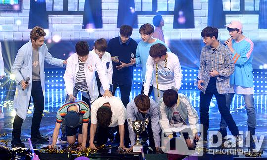 [PRESS] 160504 Seventeen 1st Win at MBC Show Champion #SEVENTEEN1stWin #PrettyU1stWin #세븐틴 #1위 #예쁘다 (8)
