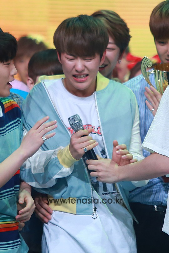 [PRESS] 160504 Seventeen 1st Win at MBC Show Champion #SEVENTEEN1stWin #PrettyU1stWin #세븐틴 #1위 #예쁘다 (83)