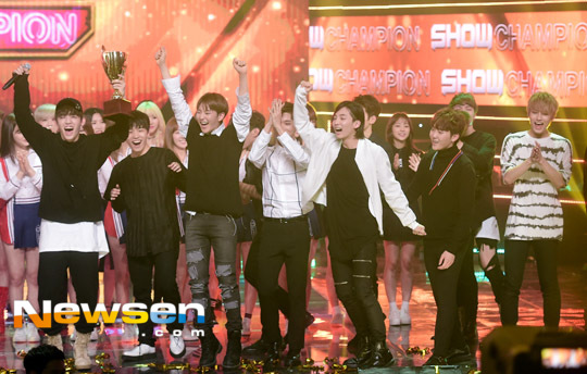 [PRESS] 160511 Seventeen 2nd Win at MBC Show Champion 47P #SEVENTEEN2ndWin #PrettyU2ndWin #세븐틴 #1위 #예쁘다 (40)