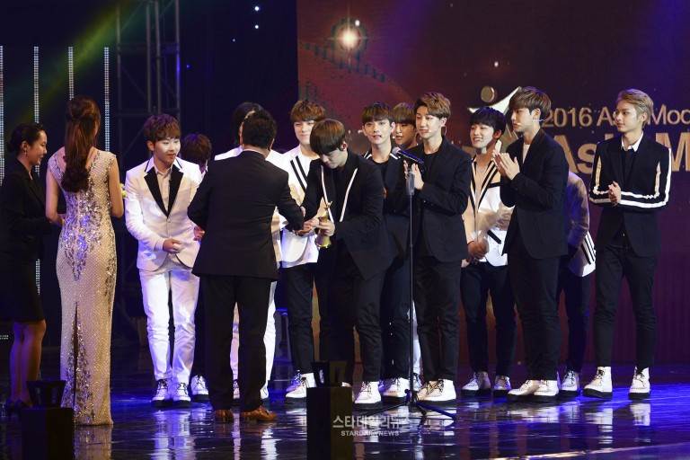 [PRESS] 160522 Seventeen won the Popularity Award at 2016 Asia Model Festival. Congrats! @pledis_17 #세븐틴 #SEVENTEEN (5)